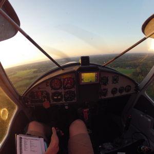 Ur pilotens synvinkel i ett litet flygplan