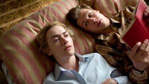 Michael (David Kross) lukee kirjaa Hannalle (Kate Winslet) elokuvassa Lukija
