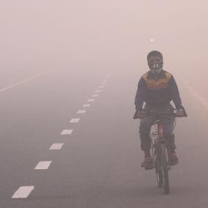 En indier åker motorcykel i smog efter Diwali festivalen i New Delhi i slutet av oktober 2016.