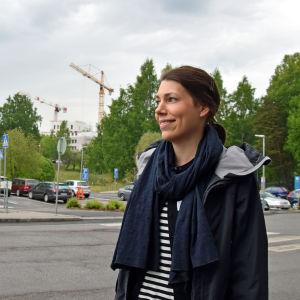 Sarah Wikner poserar med en lyftkran i bakgrunden.