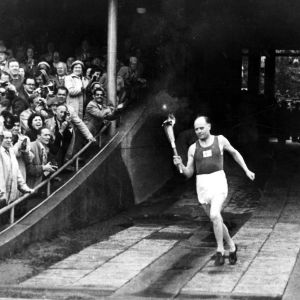 Paavo Nurmi löper in med OS-elden, Helsingfors 1952.