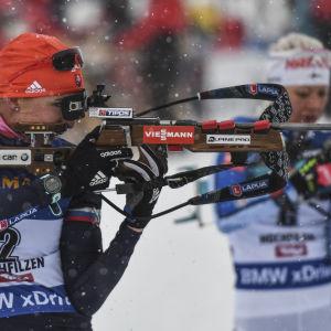 Anastasija Kuzmina och Kaisa Mäkäräinen skjuter.