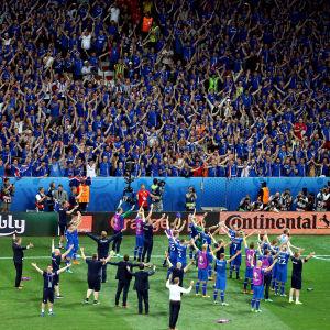 Island firar segern mot England inför sina anhängare.