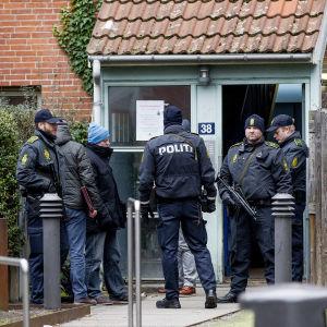 Den danska polisen genomsöker en lägenhet i Nørrebro efter terrordådet i Köpenhamn.