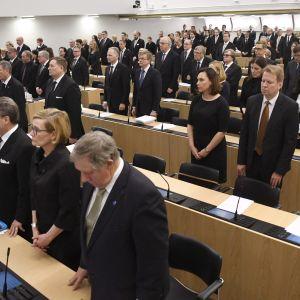 Tyst minut för avlidne presidenten Mauno Koivisto i riksdagen den 16 maj 2017.