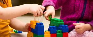 Barn leker med legobitar.