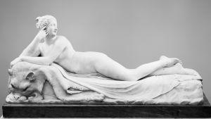 italialaisen Antonio Canovan alaston nuori nainen patsas