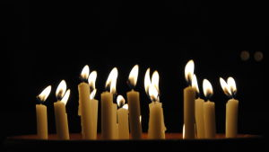 Flera stearinljus som brinner.