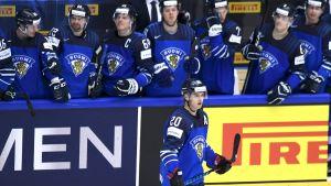 Finländarna firar efter segern över USA i ishockey-VM 2018.