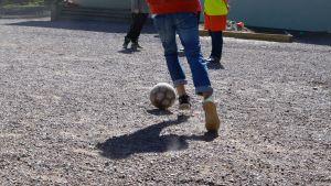fötter och fotboll