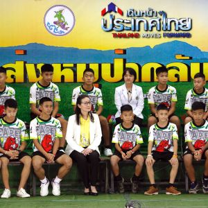 De räddade thailändska fotbollspojkarna under presskonferensen.