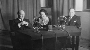 Yleisradion kuuluttajat Alexis af Enehjelm, Ebba Jakobsson-Lilius ja Markus Rautio radion studiossa.
