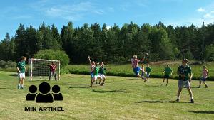 En karisspelare kastar bollen mot Ekenäs mål.