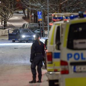 Flera polisbilar i Krista, Stockholm där två personer sköts i mars 2017.