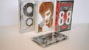 Pari C-kasettia kansineen