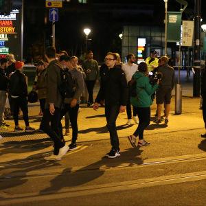 Människor på gatan utanför efter explosionen.