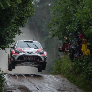 Jari-Matti Latvalas Toyota flygar fram över lerig grusväg.