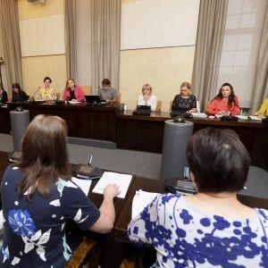 Understatssekreterare Päivi Nerg och Social- och hälsovårdsministeriets överdirektör Kirsi Varhila inför riksdagens social- och hälsovårdsutskott den 19 juni 2018.