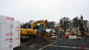 Grävmaskiner vid en byggarbetsplats.