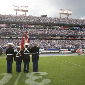 USA:s flagga och nationalsång skapar konflikt i NFL.