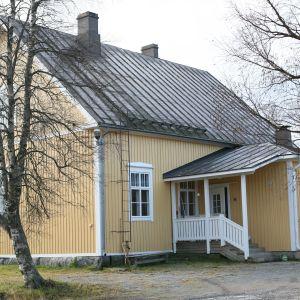 Marken vid gamla Lövö skola i Pedersöre har förorenats med brännolja