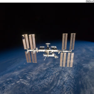 Rymdstationen, en metalltub med solpaneler, svävar ovanför jorden.