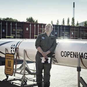 Peter Madsen står framför raketen och blickar mot himlen.