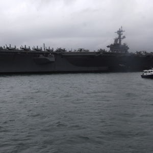Hangarfartyget USS Carl Vinson med åtföljande eksader seglade in i Sydkinesiska havet i lördags