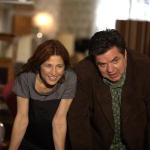 Catherine Keener ja Oliver Platt elokuvassa Please Give