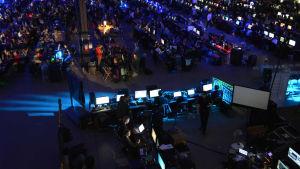 en massa datorspelare sitter tillsammans på ett LAN-party.