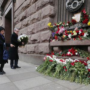 Blomor utanför en metrostation i St Petersburg där en terrorattack utfördes i april 2017