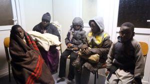 Barn som den libyska kustbevakningen plockat upp ur havet och tagit till en mottagningscentral i Libyens huvudstad Tripoli 5.2.2017