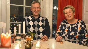 Bertel Flemming och Helena Hemming sitter vid glöggbord.