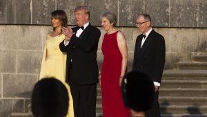 Melania Trump, Donald Trump, Theresa May och Philip May står på en trappa.