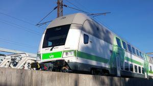 Ett intercitytåg står vid perongen på Böle station