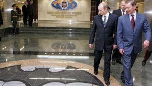 Rysslands militära underrättelsetjänst GRU:s huvudkvarter i Moskva. Till höger i bilden president Vladimir Putin och Rysslands dåvarande försvarsminister Sergej Ivanov. Bilden är från 2006.