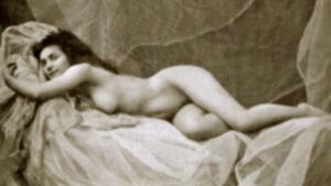 1900-luvun alun alastonmalli makaa kankaan päällä
