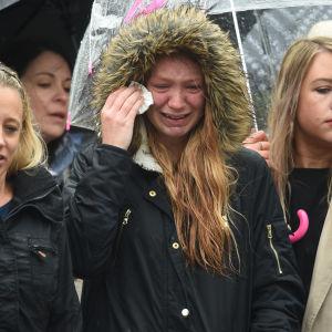 Sörjande samlades vid London Bridge för att hedra offren i regnigt väder