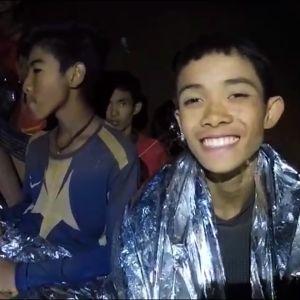 Den thailändska marinen offentliggjorde på onsdagen en ny video med pojkarna som är instängda i gruvsystemet Tham Luang i norra Thailand.