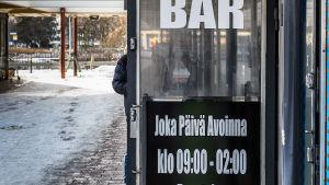 Män vid bar