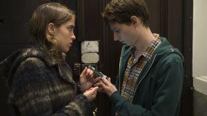 Jenny visar assistenten Julien en bild av den okända flickan.