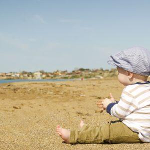 Liten kille på strand.