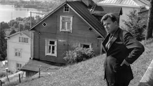 Kirjailija Lauri Viita Pispalassa v. 1965, katselee maisemia harjulta.