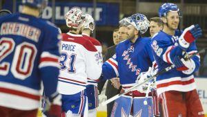 Målvakterna Carey Price och Henrik Lundqvist tackar varandra på isen.