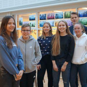 Elever och rektor Peter Lindqvist i Oxhamns skola.