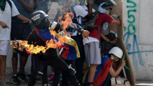 Demonstranter drabbar samman med säkerhetsstyrkor i Caracas 9.7.2017