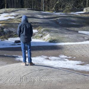 pojke ensam i parken