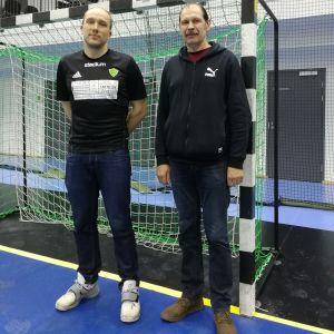 Två män i en idrottshall. De heter Taavi Tibar och Boris Tchakovskii.