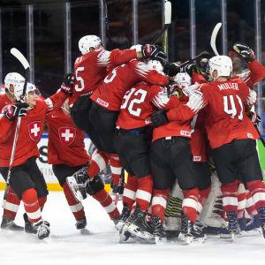 Schweiz firar semifinalsegern över Kanada.