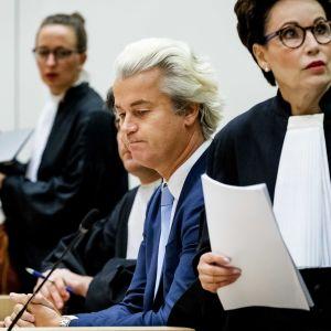 Geert Wilders ( i mitten)